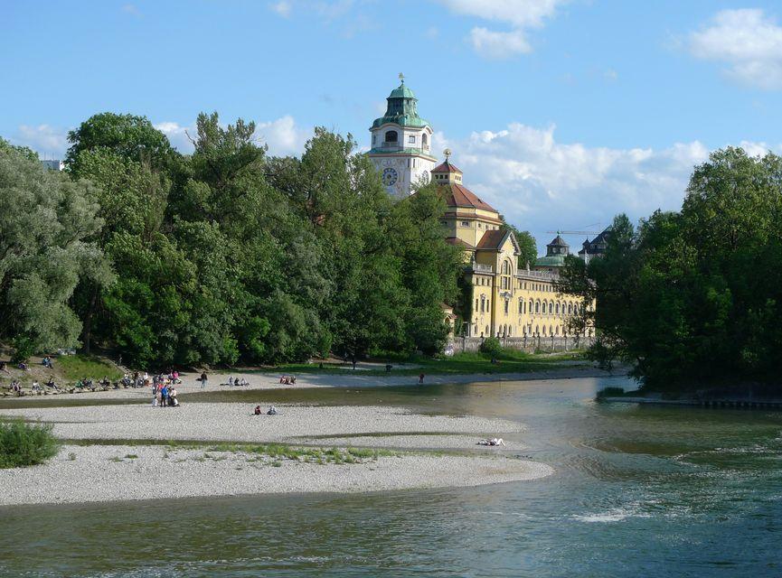 Βόλτες και παιχνίδι δίπλα στο ποτάμι