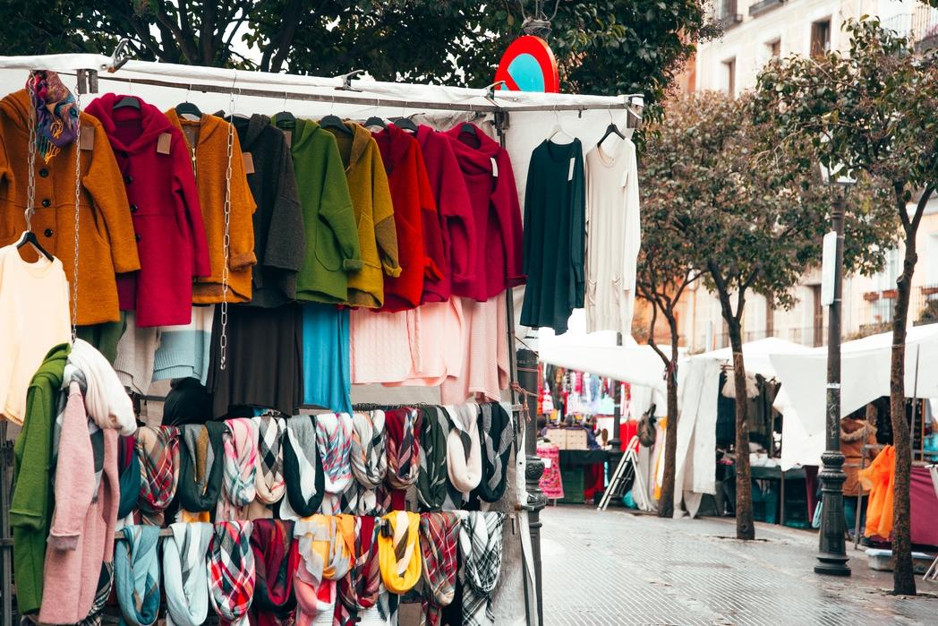 Ρούχα κρέμονται στο παζάρι El Rastro της Μαδρίτης