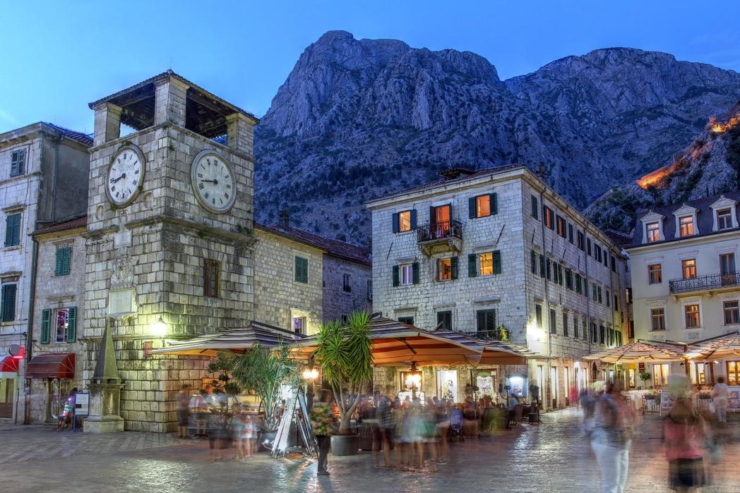 Η Πλατεία Όπλων με το πέτρινο ρολόι στο Κότορ - budget ταξίδι στο Μαυροβούνιο.