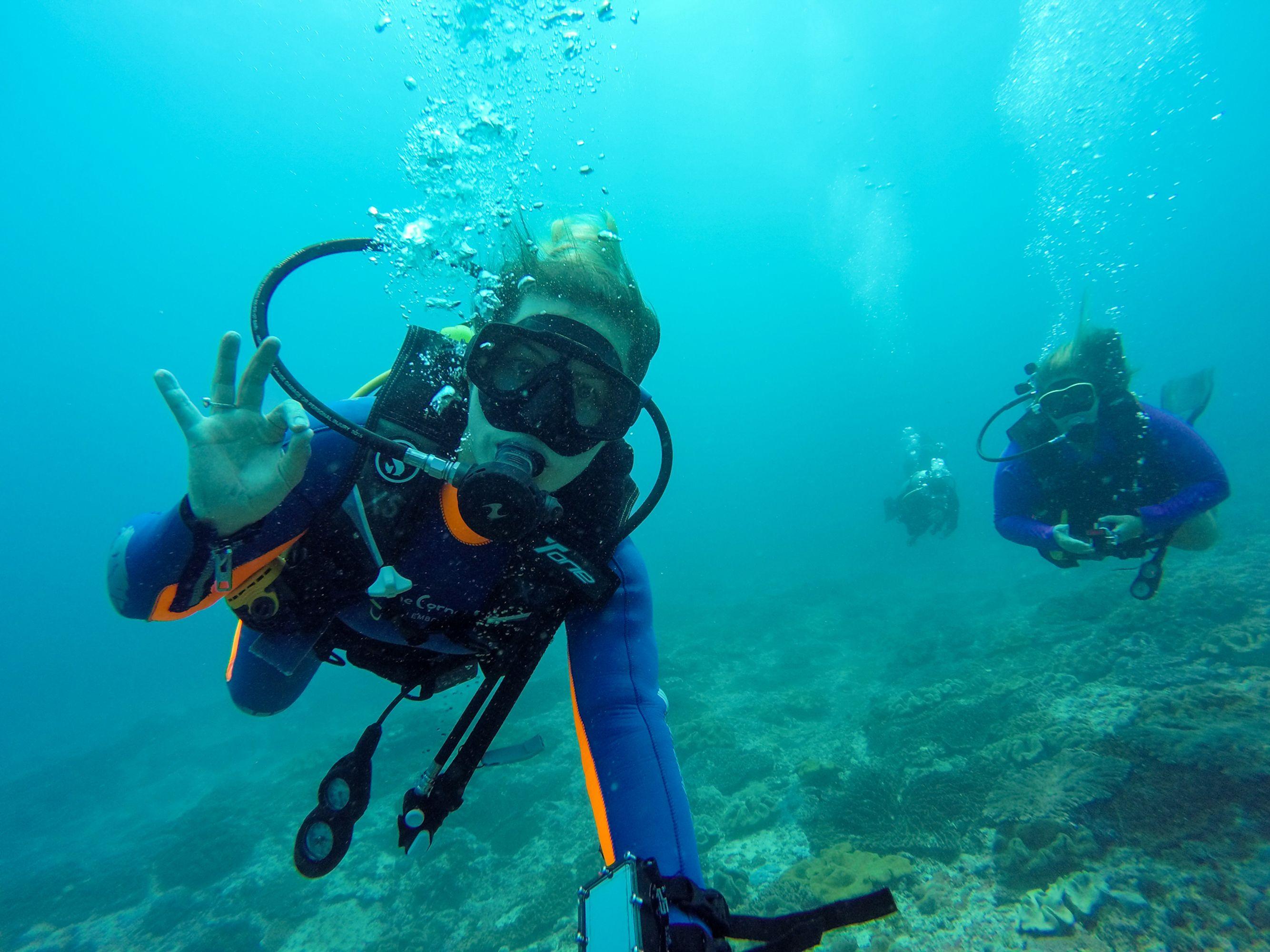 Δύο δύτες κάτω από τη θάλασσα - οι καταδύσεις είναι μία απ' τις τοπ δραστηριότητες για τις διακοπές σας στη Λέρο