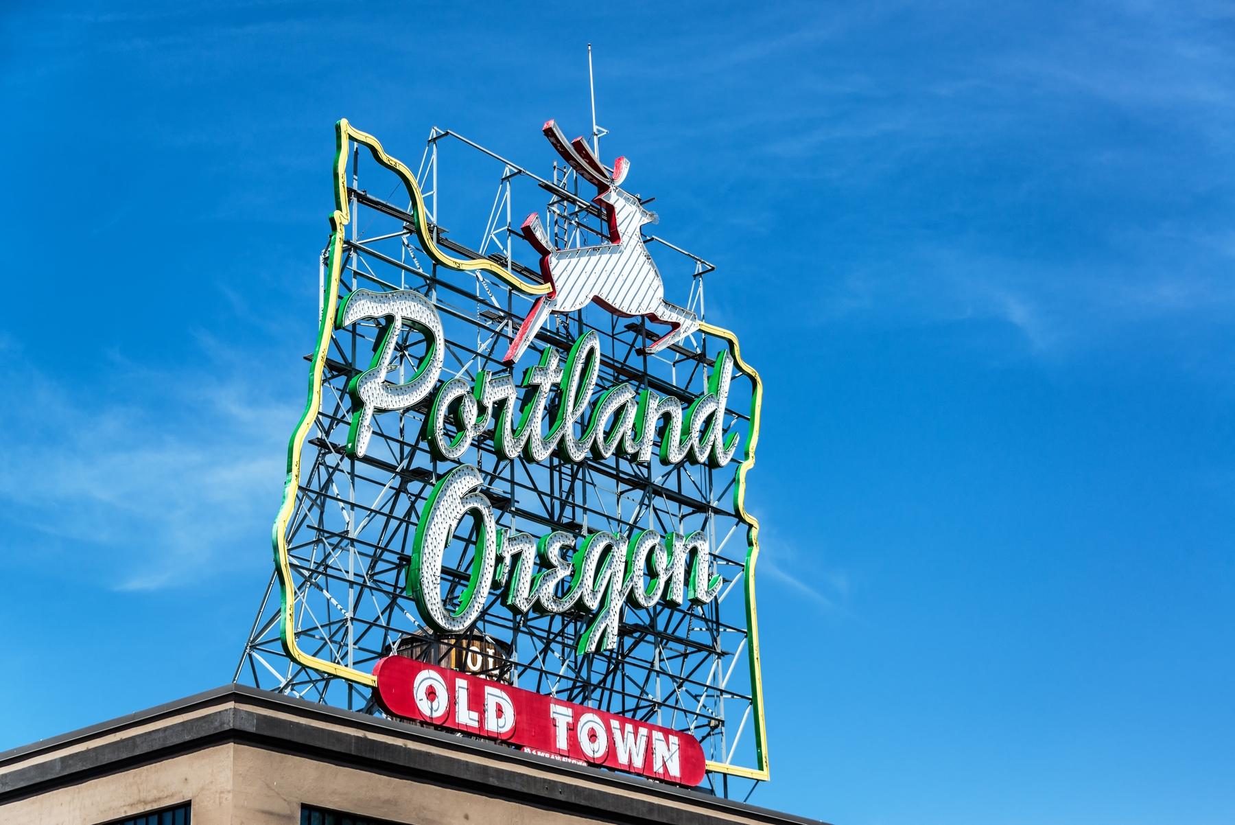 Интересные маршруты для путешествий на автомобиле. Вывеска с белым оленем, Портленд, Орегон, США