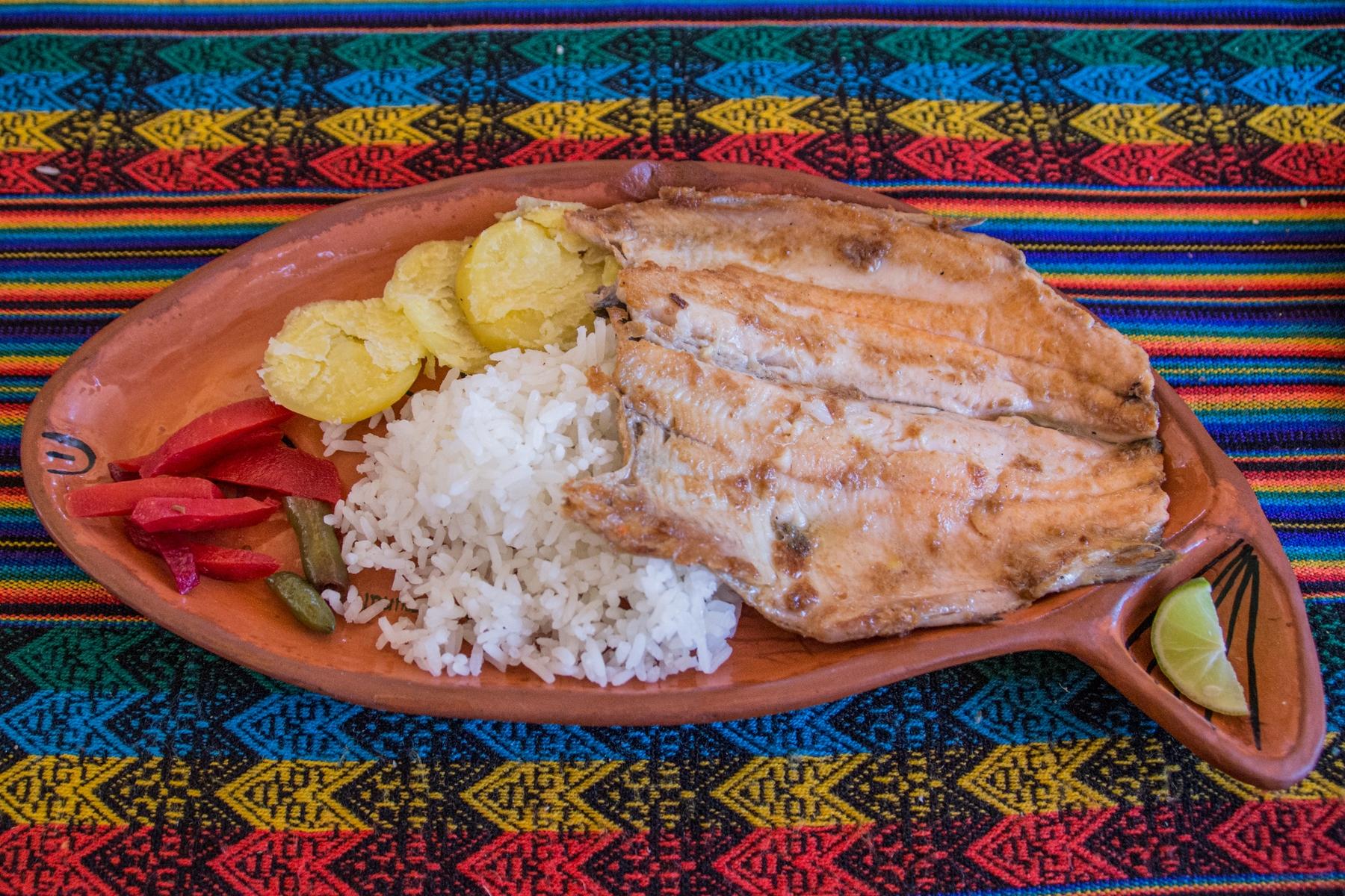 Prato com peixe fresco, no Peru.