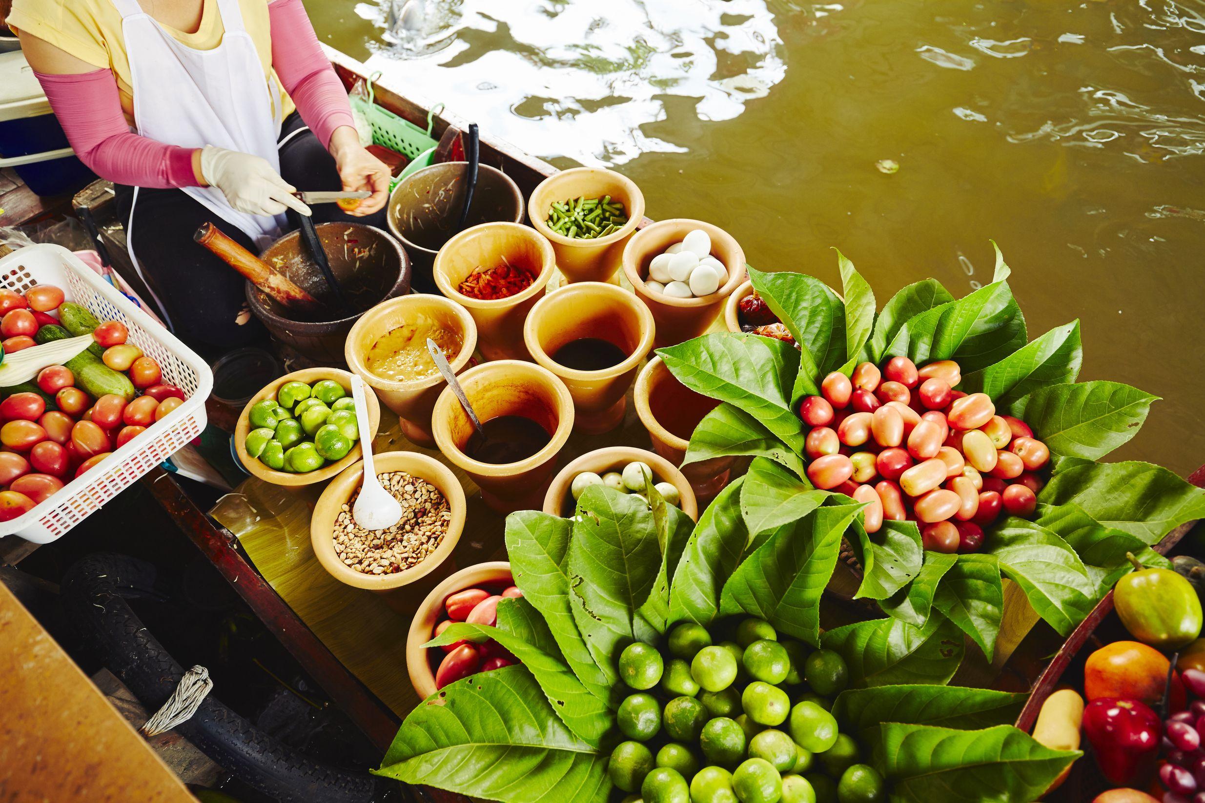 Φρέκσα φρούτα σε βάρκα στην πλωτή αγορά της Μπανγκόκ, Ταϊλάνδη