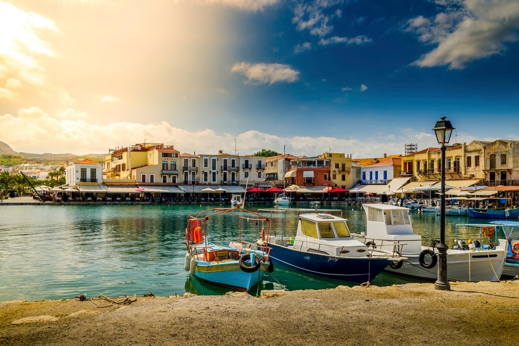 Το λιμάνι του Ηρακλείου, οι ψαρόβαρκες και τα καφέ δίπλα στη θάλασσα