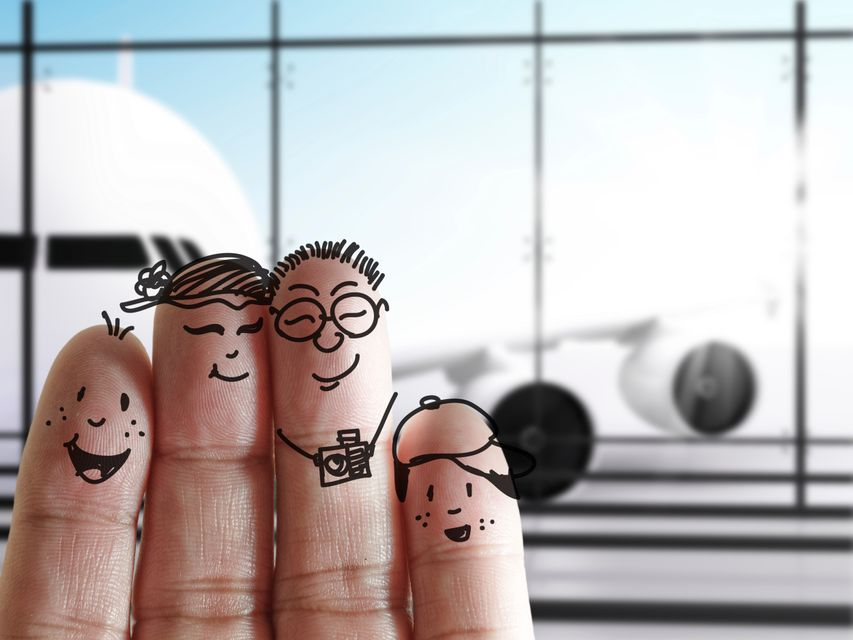 Τέσσερα ζωγραφισμένα δάχτυλα μπροστά από αεροπλάνο
