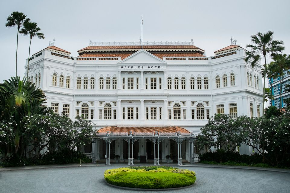 To αποικιακού στυλ ξενοδοχείο Raffles Hotel κοντά στον Orchard Road