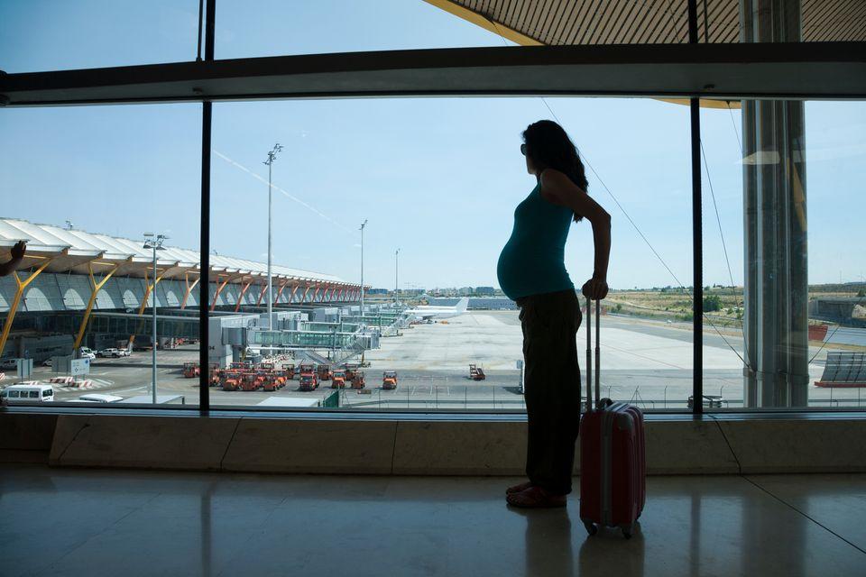 Αεροπορικά ταξίδια στην εγκυμοσύνη. Έγκυος σε αεροδρόμιο με τη βαλίτσα στο χέρι