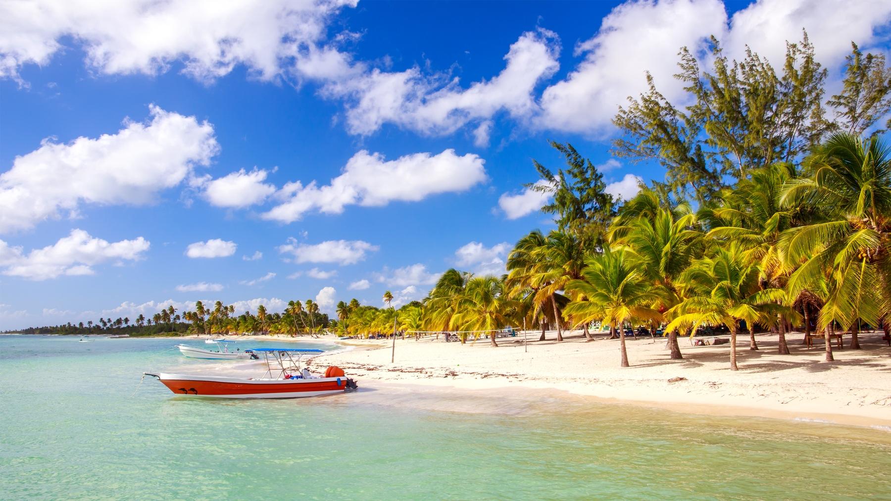 Pequena embarcação atracada em Punta Cana.