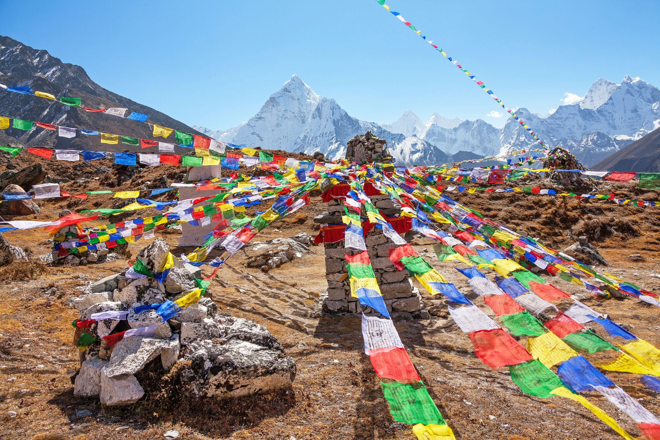 буддийские флажки и храм в Тибете
