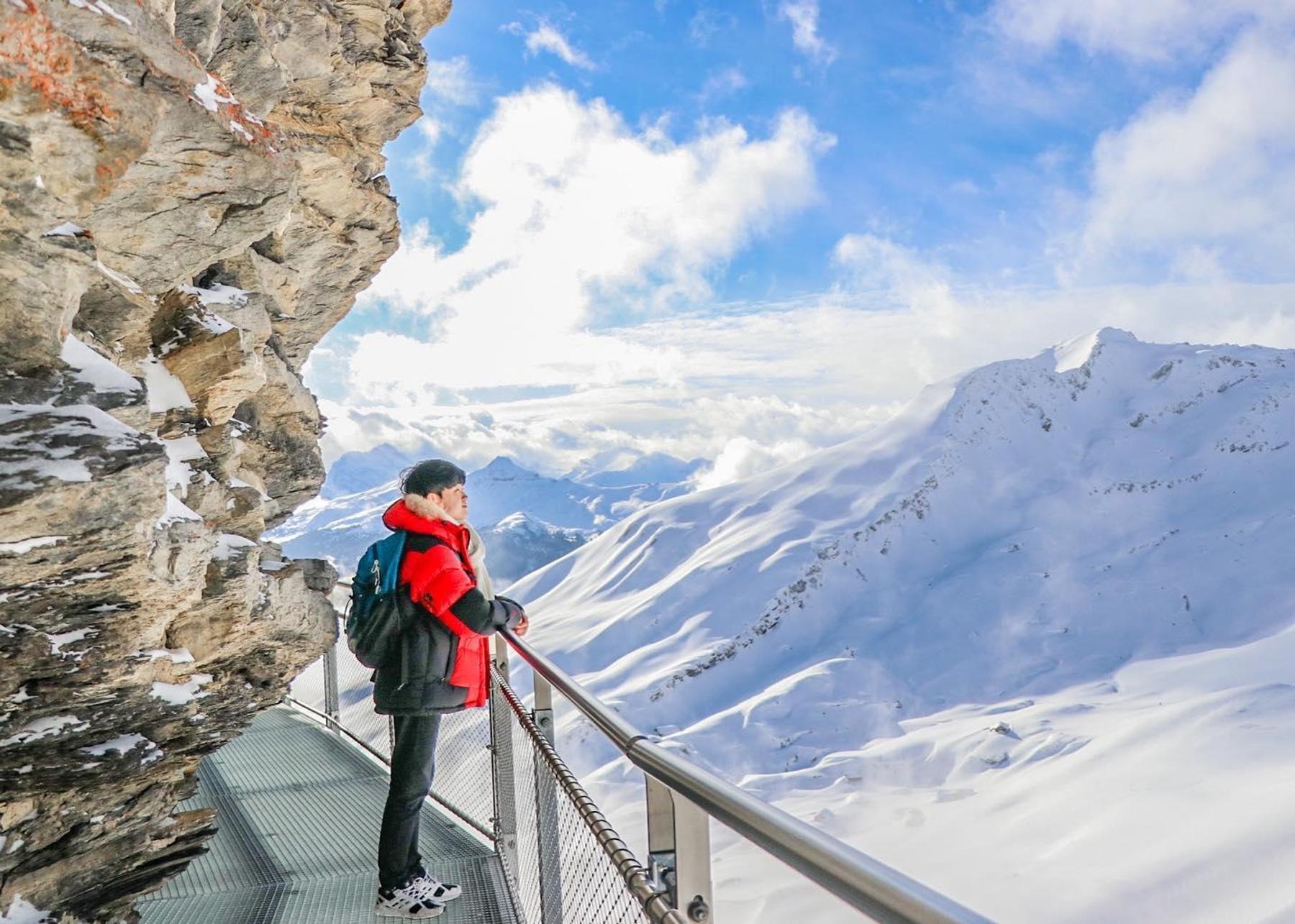 旅客在觀賞瑞士雪山