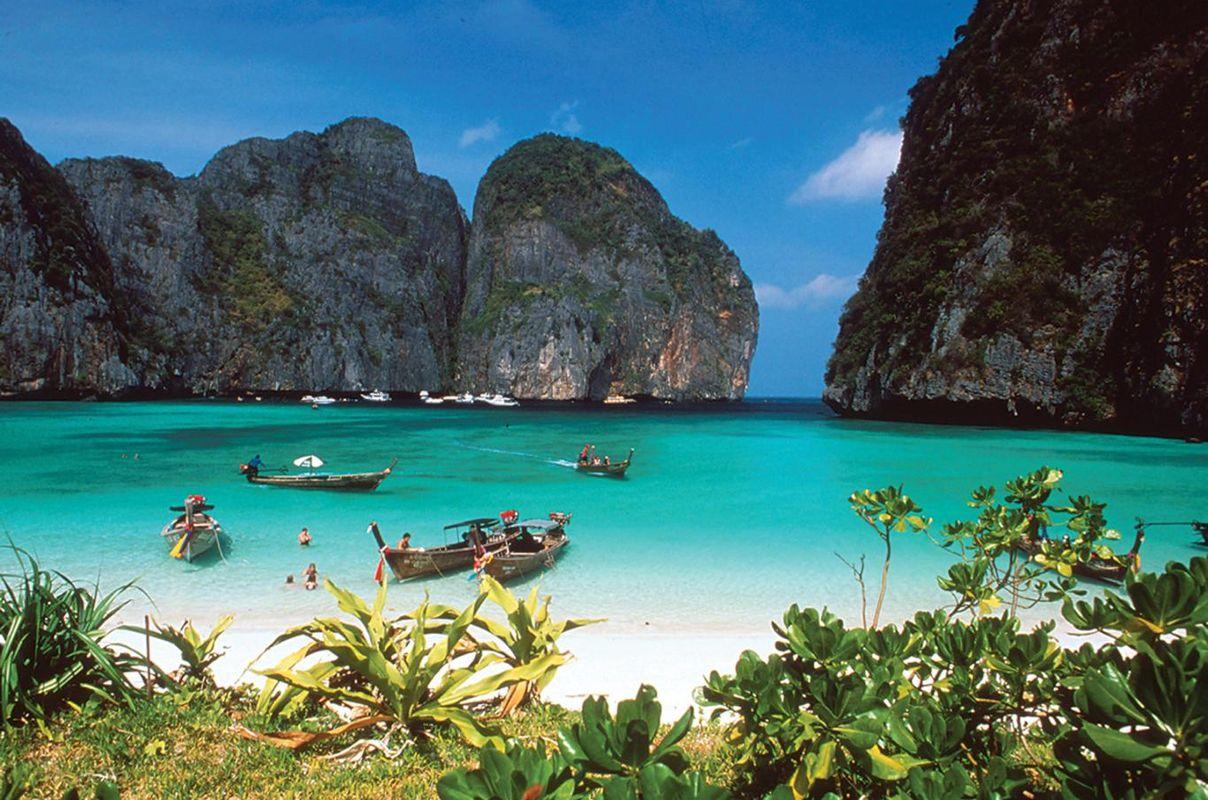 Παραλία με γαλαζοπράσινα νερά και ψηλούς βράχους από ασβεστόλιθο στο Κο Σαμούι, Ταϊλάνδη