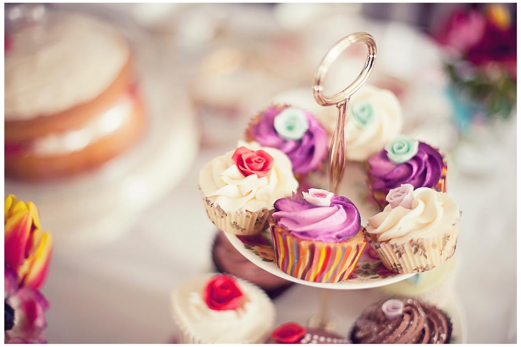 Επιλογές από πολύχρωμα cupcakes.