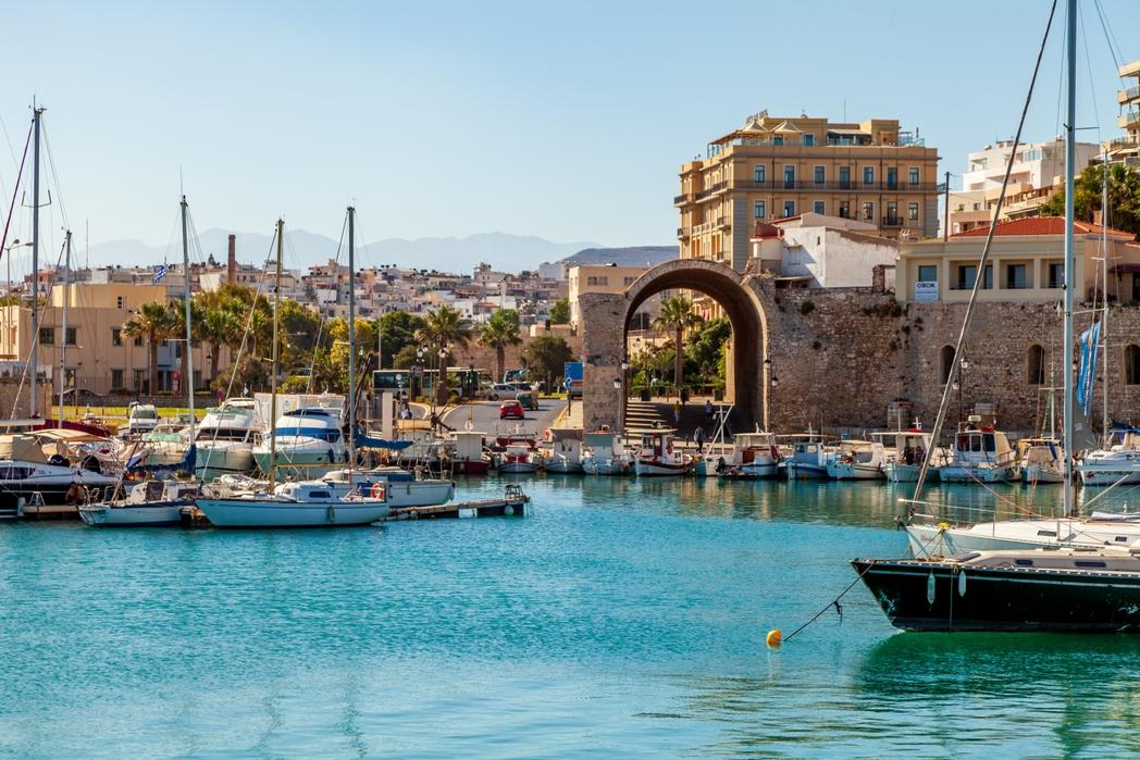 Το λιμάνι του Ηρακλείου παραμένει ηλιόλουστο το φθινόπωρο στην Κρήτη