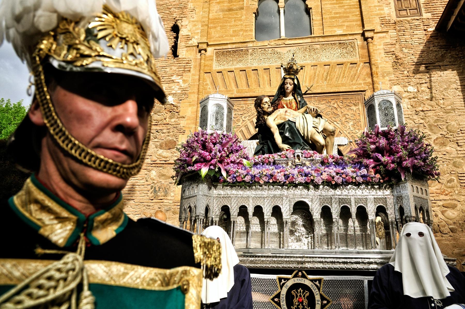 Imagen de la procesión de Santa Maria de la Alhambra a su paso por la Puerta del Vino © Bisual Studio