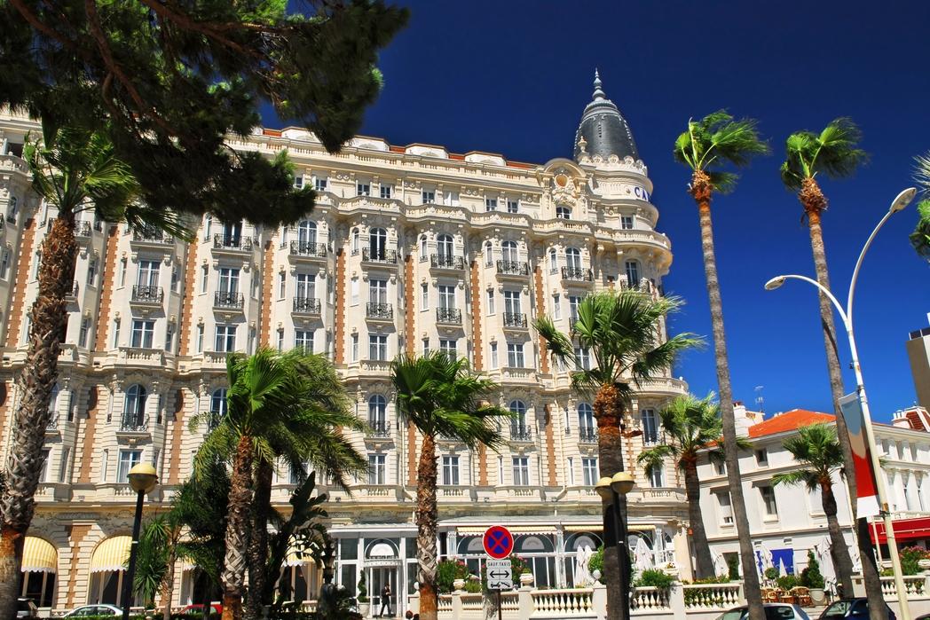 Φοίνικες και πολυτελή ξενοδοχεία στην Κρουαζέτ των Καννών - Γαλλική εναντίον Ιταλικής Ριβιέρας