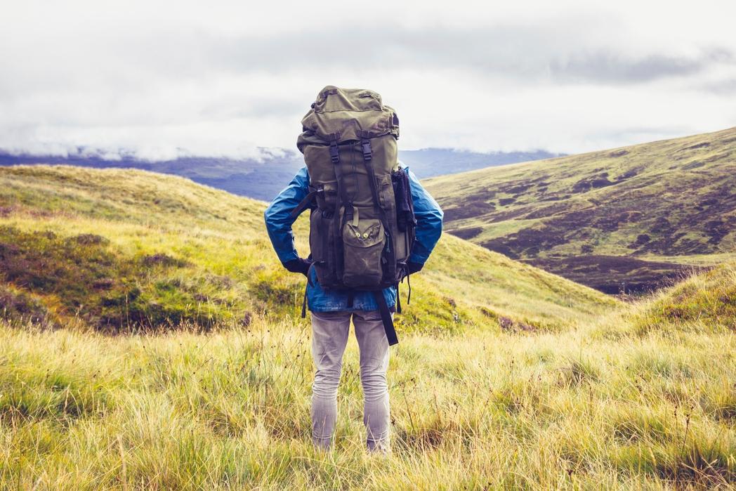 Εκδρομή στη φύση. Διακοπές χωρίς άγχος. Άντρας ταξιδεύει με σακίδιο στην πλάτη