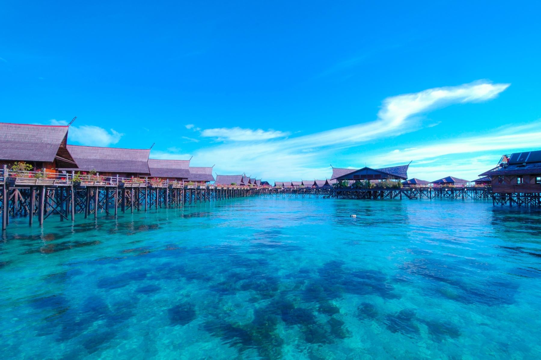 Stelzenbauen in Fiji. Laut unserem Länder-Faktum liegt hier eine geheimnisvolle, segenspendende Schatulle im Meer verborgen.