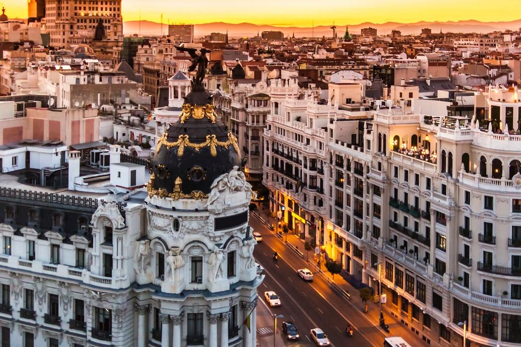 Μεγαλοπρεπή κτίρια στη Gran Via της Μαδρίτης το ηλιοβασίλεμα