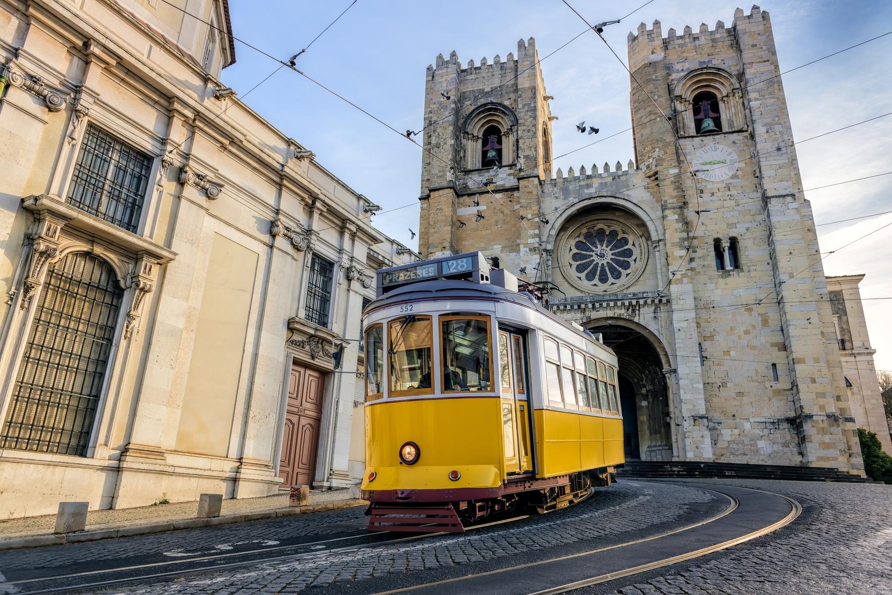 Bonde 28 passando em frente a Catedral de Santa Maria, em Lisboa, Portugal.