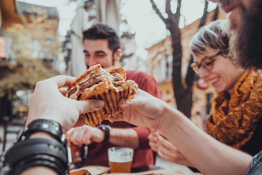 Tρώγοντας μπέργκερ στη Ρίγα της Λετονίας - ταξίδια σε πόλεις της Ευρώπης