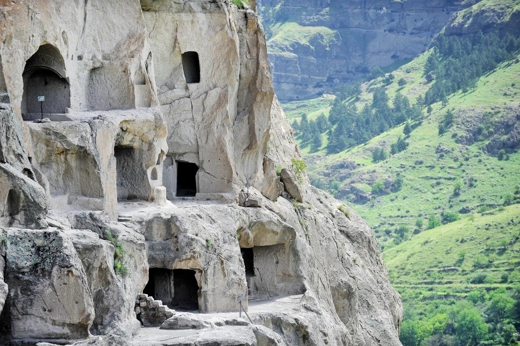 Άποψη των σπηλαίων της Βάρτζια.