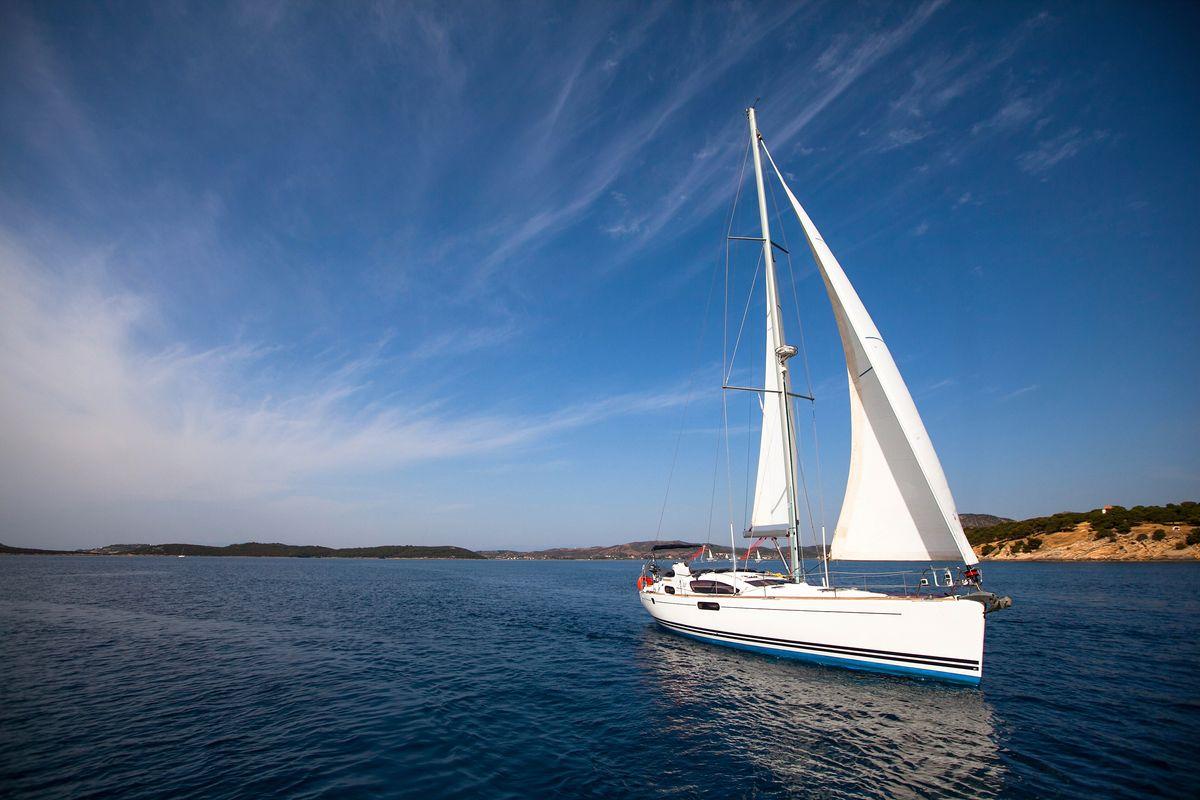Ιστιοφόρο πλέει στη θάλασσα - οι βόλτες με σκάφος είναι must στις διακοπές σας στη Λέρο
