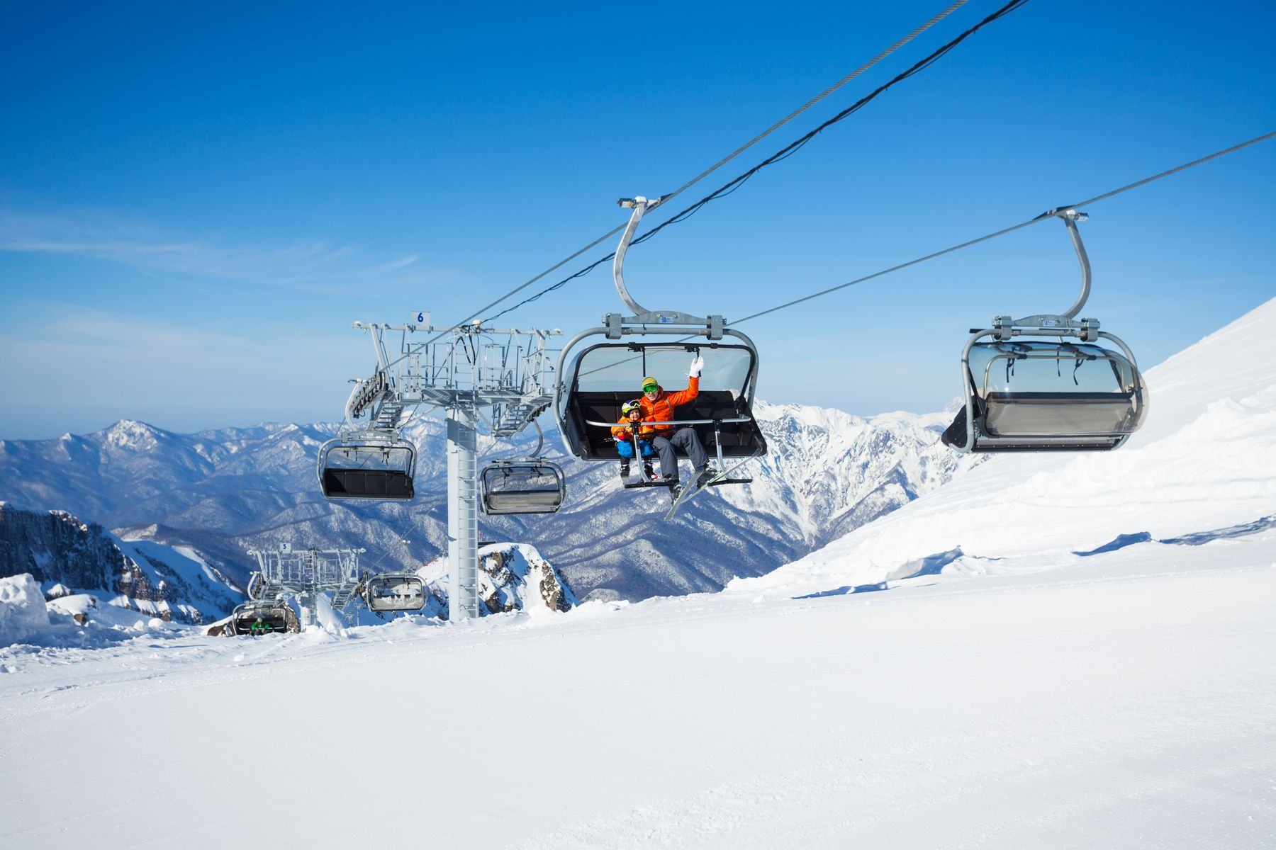 Канатная дорога над снегами горнолыжного курорта в Соч. Куда поехать зимой в России