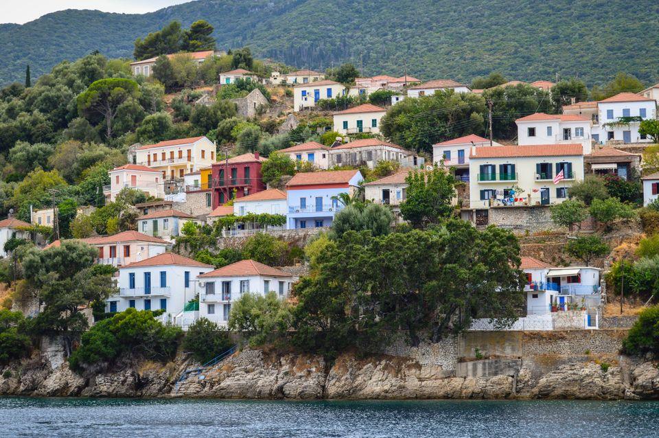 Η Χώρα με τα σπίτια σκαρφαλωμένα στο λόφο και δέντρα ολόγυρα, Παξοί
