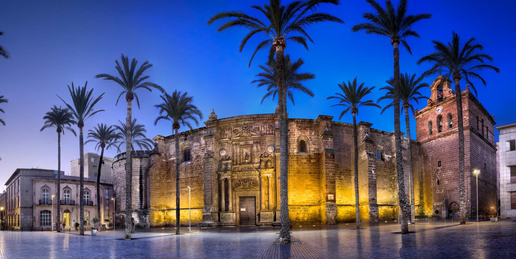 La Catedral de la Encarnación de Almería parece más una fortaleza que un templo religioso.