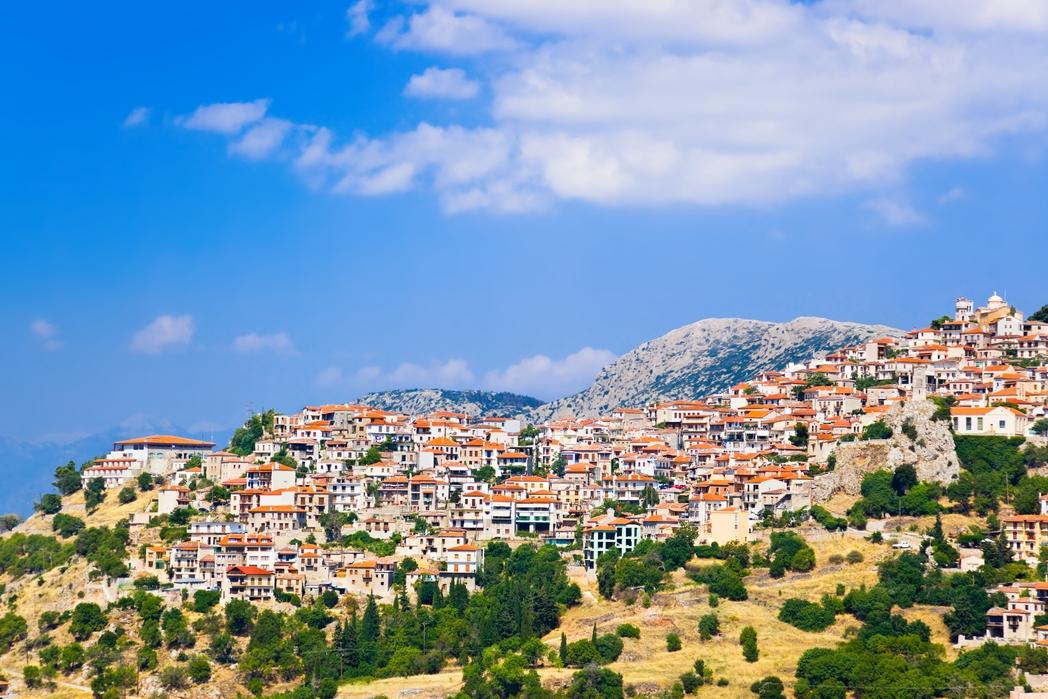 Άποψη της Αράχωβας από μακριά - 12 must στάσεις σε μια εκδρομή στον Παρνασσό