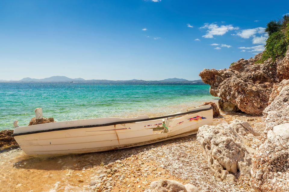 Βάρκα πάνω σε βράχια