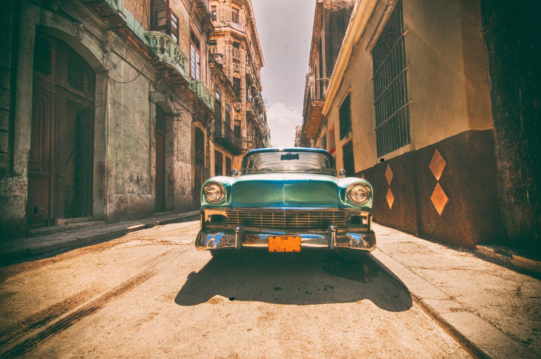Ретроавтомобиль на улице Гаваны на Кубе