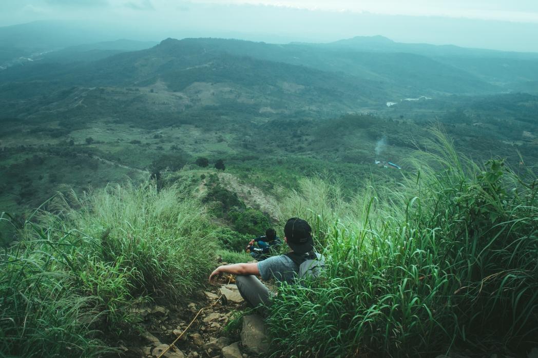 Ταξιδιώτες περιτριγυρισμένοι από καταπράσινη φύση - βιώσιμος τουρισμός, τα καλύτερα tips