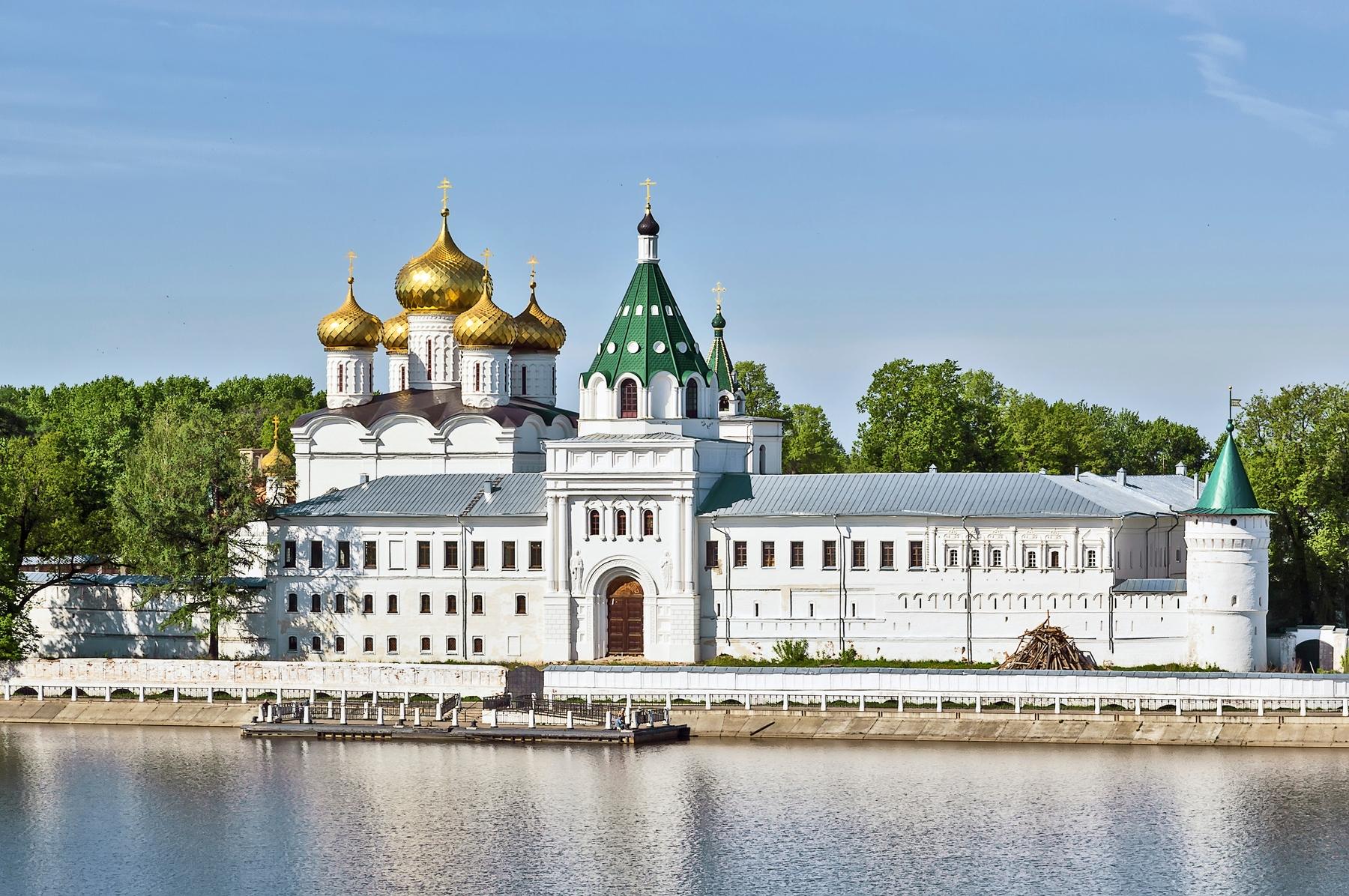 Взгляните на фотографию Ипатьевского монастыря в Костроме и вопрос Куда поехать на День России отпадет сам собой