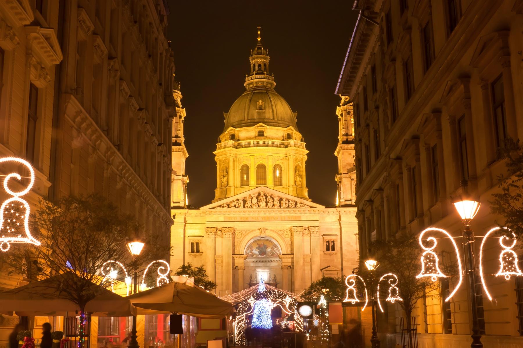 Рождественские украшения у базилики Святого Иштвана в Будапеште.