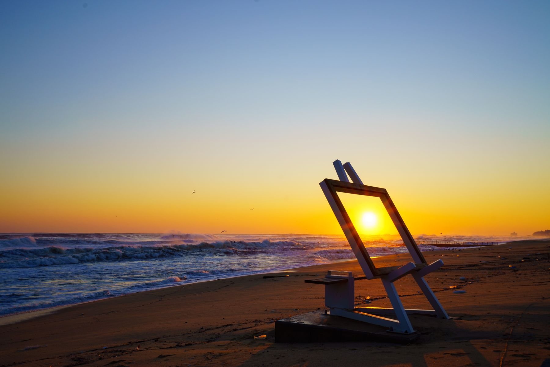 Mooie zonsondergang op het strand