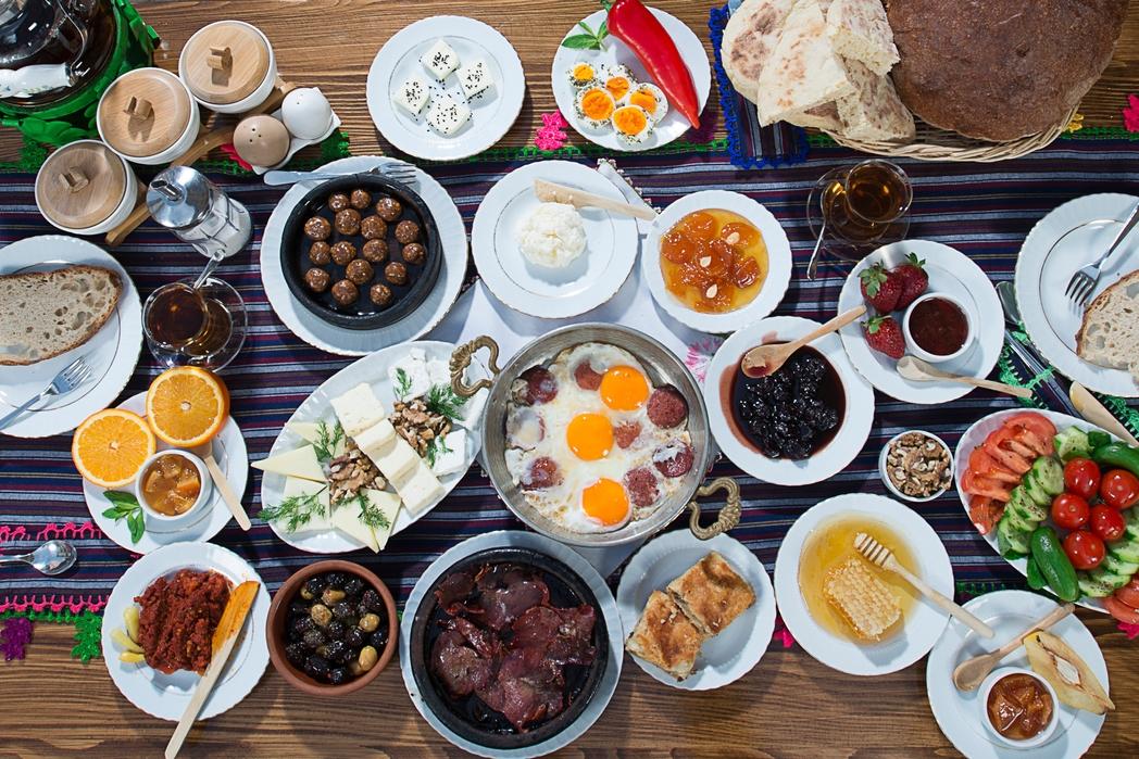 Τραπέζι γεμάτο με πιάτα και μεζέδες
