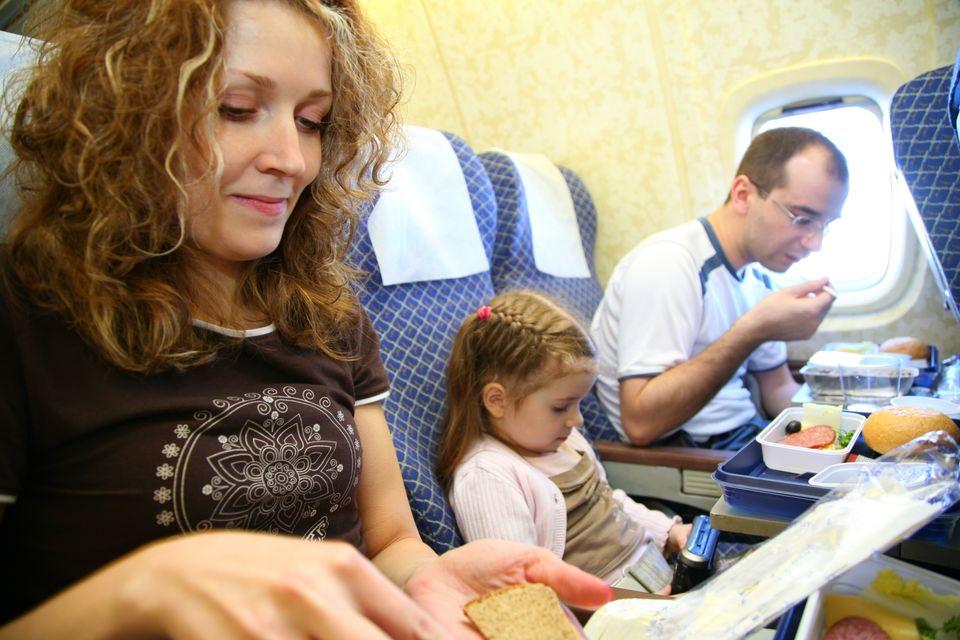 Επιβάτες τρώνε φαγητό μέσα στην καμπίνα αεροσκάφους