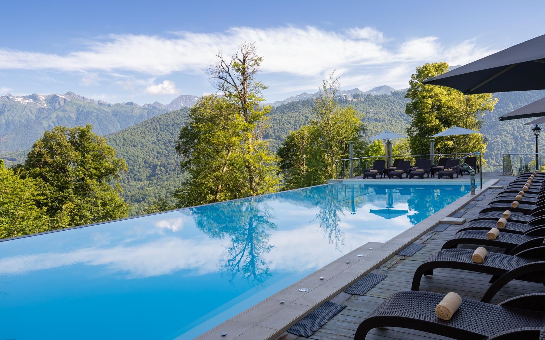 Из бассейна отеля Green Flow можно любоваться горами