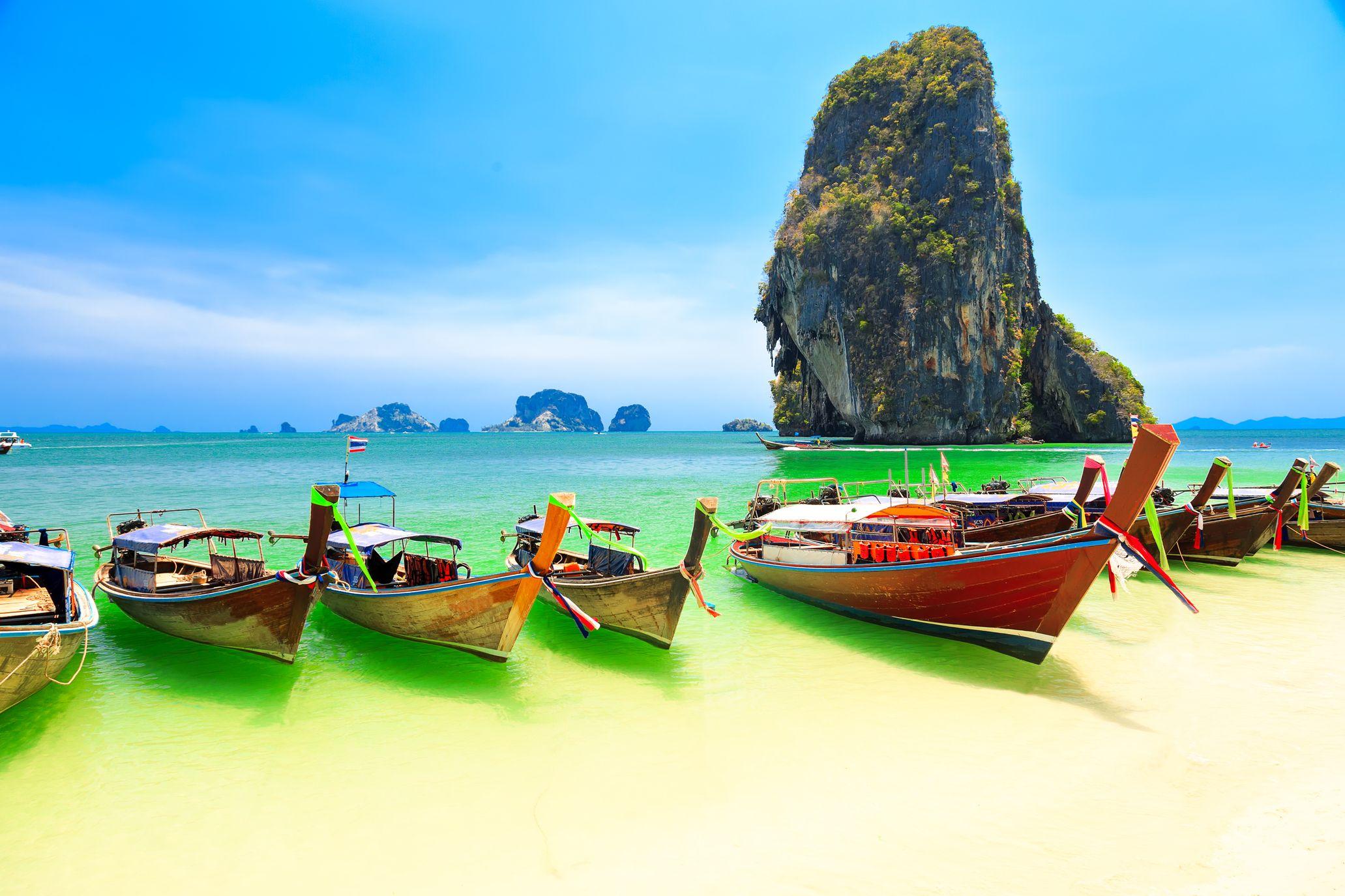 Παραδοσιακές ταϊλανδέζικες βάρκες σε παραλία στο εξωτικό Κράμπι