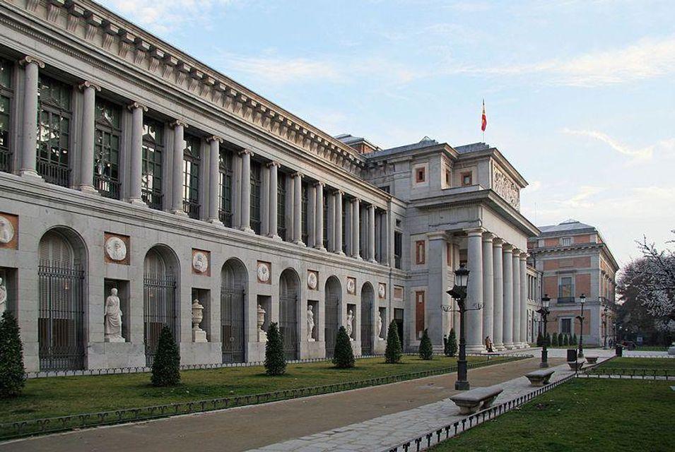 Museo del Prado en Madrid. Toma lateral durante el día, con estatuas en la pared