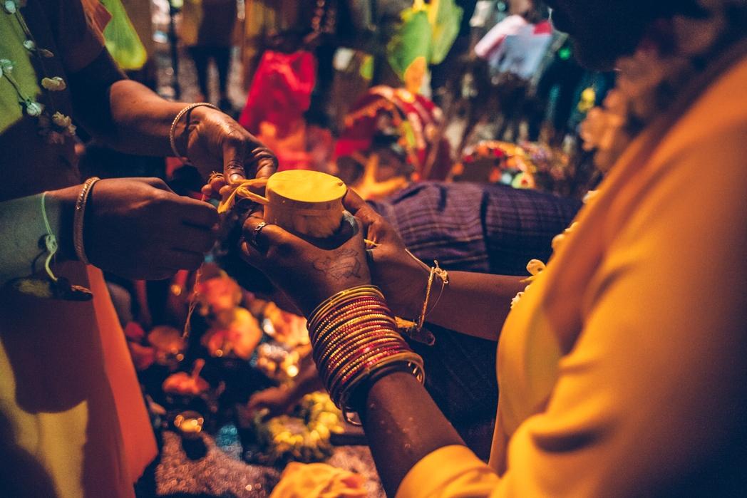 Ταξιδιώτης αγοράζει κοσμήματα σε τοπική αγορά - βιώσιμος τουρισμός, top tips