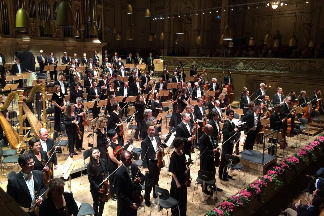 Φιλαρμονική ορχήστρα σε συναυλία.