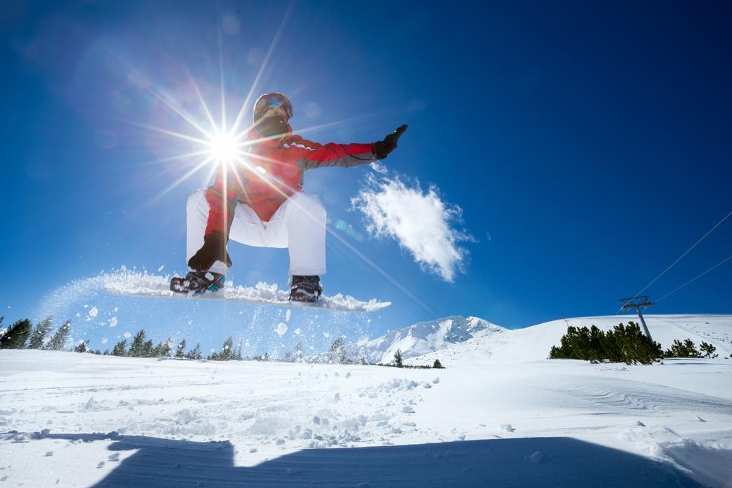 Snowboarder κάνει άλμα.