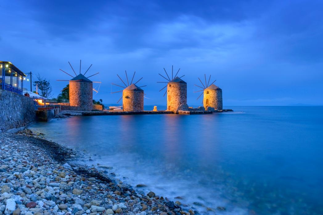 Ανεμόμυλοι φωτισμένοι στη Χίο