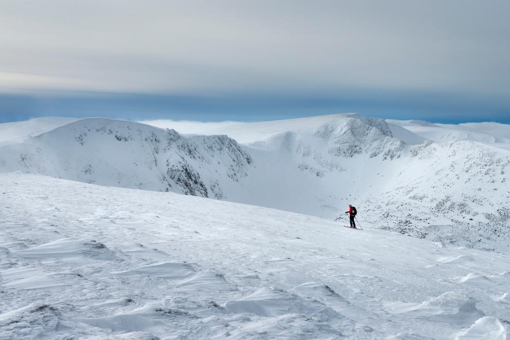 Σκι στο χιονισμένο βουνό