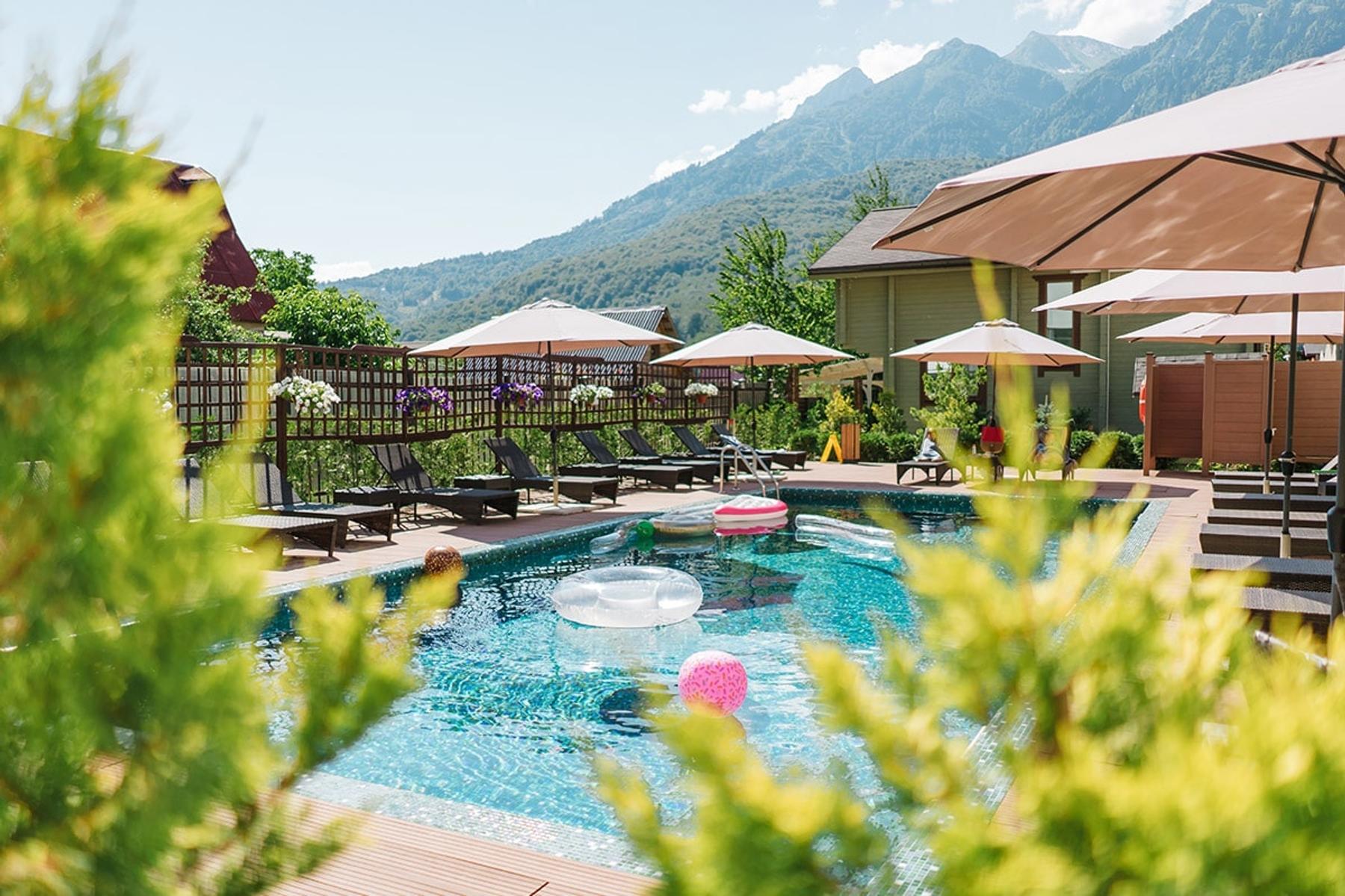 Какую гостиницу выбрать в Красной Поляне, Сочи: хороший отель с бассейном Hills Polyana Hotel