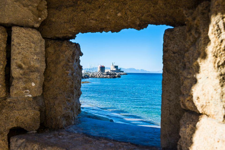 Θέα θάλασσα μέσα απ' τη μεσαιωνική πόλη της Ρόδου