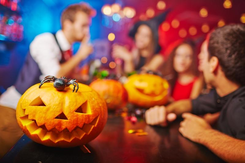 每逢萬聖節Halloween,小孩都扮成妖魔鬼怪,然後每家每戶敲門說:「不給糖便搗蛋!」要求鄰居派糖果