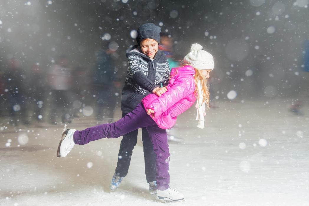 Παιδιά κάνουν πατινάζ στον πάγο - Χριστούγεννα στην Αθήνα